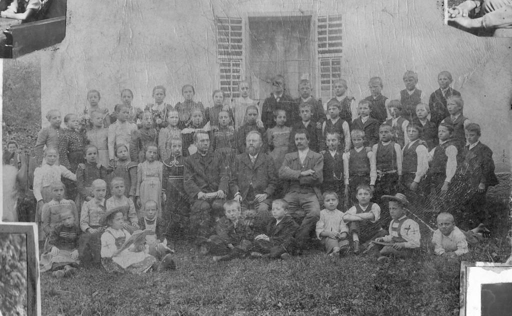 1. Osnovnošolec (označen s križcem) v Libeličah l. 1903