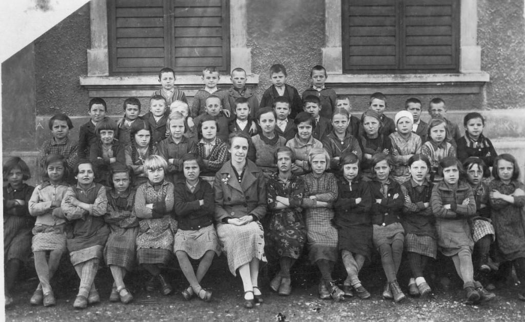 5. Mira Gačnik s svojim razredom l. 1935_1